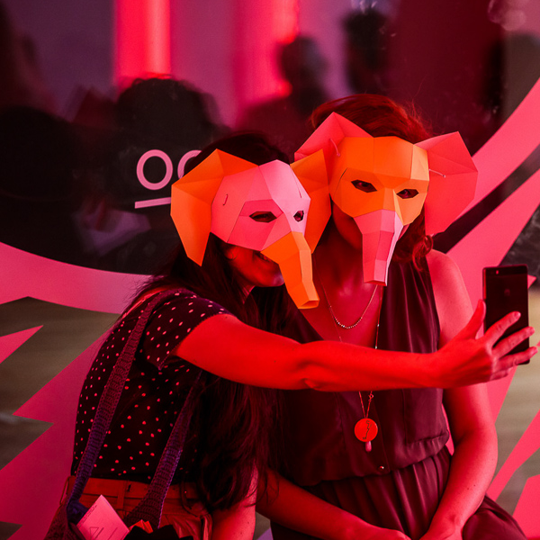 app/assets/img/image-min/The_student_hotel_friends_wearing_elephant_masks.png
