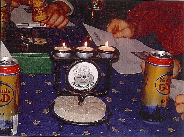 kvarnstensbockarna.se/image/bilder/2002/Möte hos Jörgen 2002-10-19/Bild 01. Den berömda trehovdade bockstaken, alla kvinnors dröm.jpg