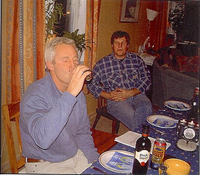 kvarnstensbockarna.se/image/bilder/2002/Möte hos Jörgen 2002-10-19/Bild 02. Mmmm vilken arom, Per avnjuter ett glas vitt vin av märket Chatoue dö Osbyholm.jpg