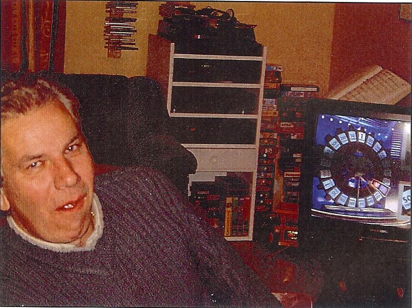 kvarnstensbockarna.se/image/bilder/2002/Möte hos Jörgen 2002-10-19/Bild 03. Kjell hamstern Olsson tittar på sitt favoritprogram.jpg