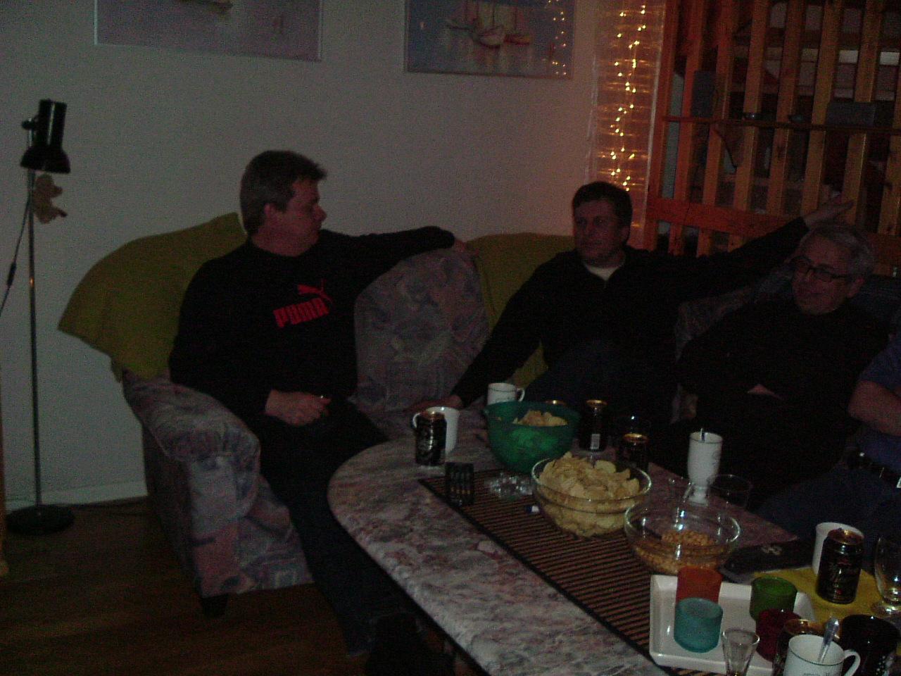 kvarnstensbockarna.se/image/bilder/2003/Träff hos Uffe 2003-03-18/Bild 01. Mats, Totte C och Totte E tar det lugnt.jpg