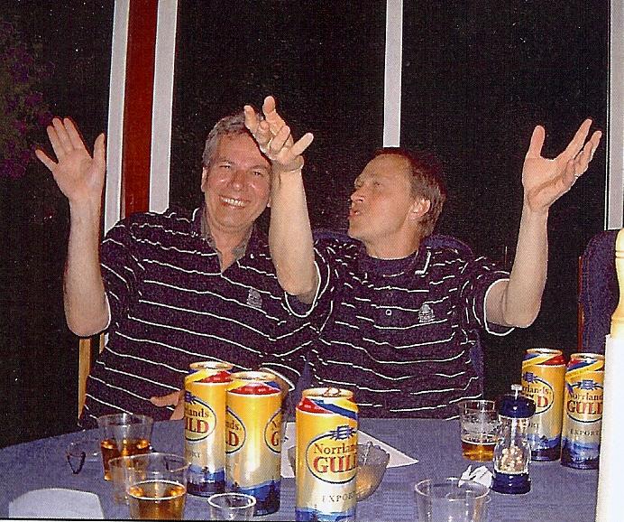 kvarnstensbockarna.se/image/bilder/2004/Möte hos Totte C 2004-05-28/Bild 01. Dupond och Dupond. Hallelulja, ovan där....jpg