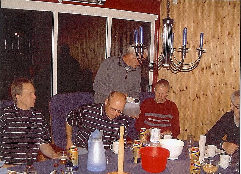 kvarnstensbockarna.se/image/bilder/2004/Möte hos Totte C 2004-05-28/Bild 03. Konjak eller Likör. Bartendern erbjuder.jpg