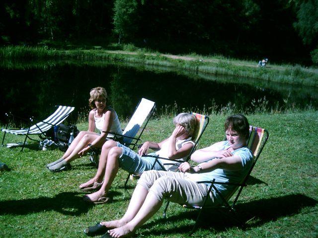 kvarnstensbockarna.se/image/bilder/2005/Fiske Månstorp 2005-06-26/Bild 03. Blir vi bruna eller röda.jpg