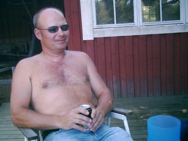 kvarnstensbockarna.se/image/bilder/2005/Fiske Månstorp 2005-06-26/Bild 14. Tommy visar bringan.jpg