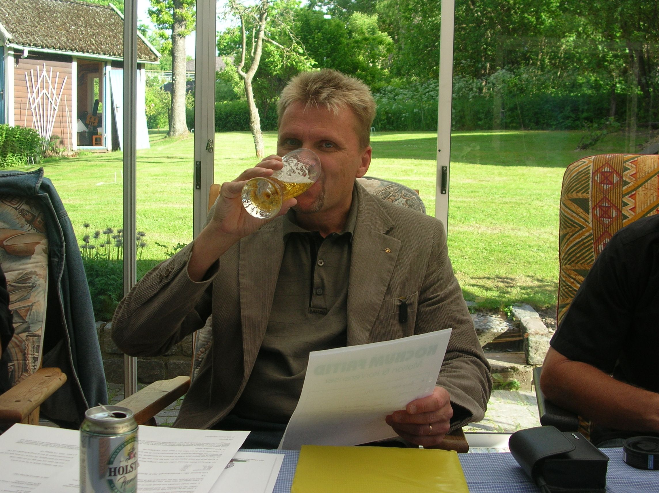 kvarnstensbockarna.se/image/bilder/2005/Möte hos Per 2005-06-11/Bild 01. Gott med en öl i värmen.jpg