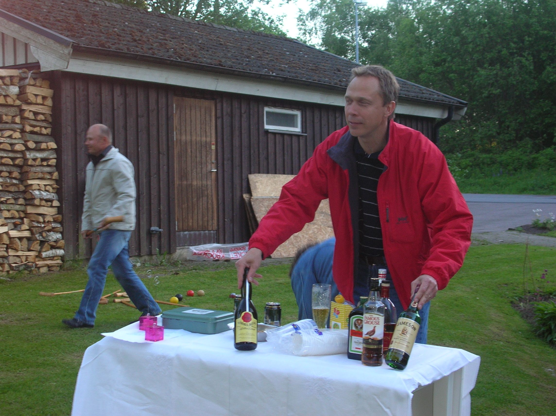 kvarnstensbockarna.se/image/bilder/2005/Möte hos Per 2005-06-11/Bild 05. Göran öppnar baren.jpg