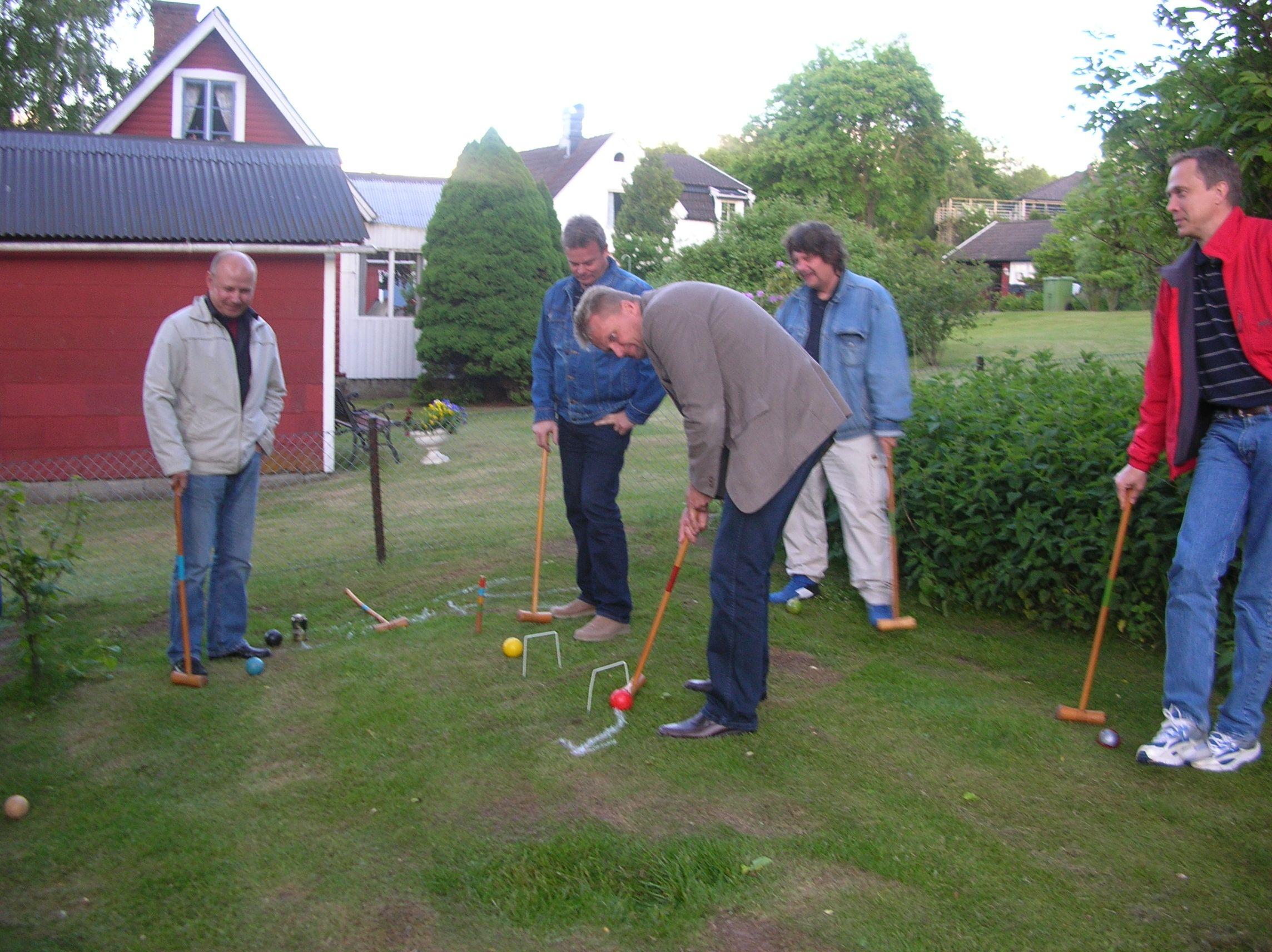 kvarnstensbockarna.se/image/bilder/2005/Möte hos Per 2005-06-11/Bild 06. Utslagsplatsen på krocket.jpg