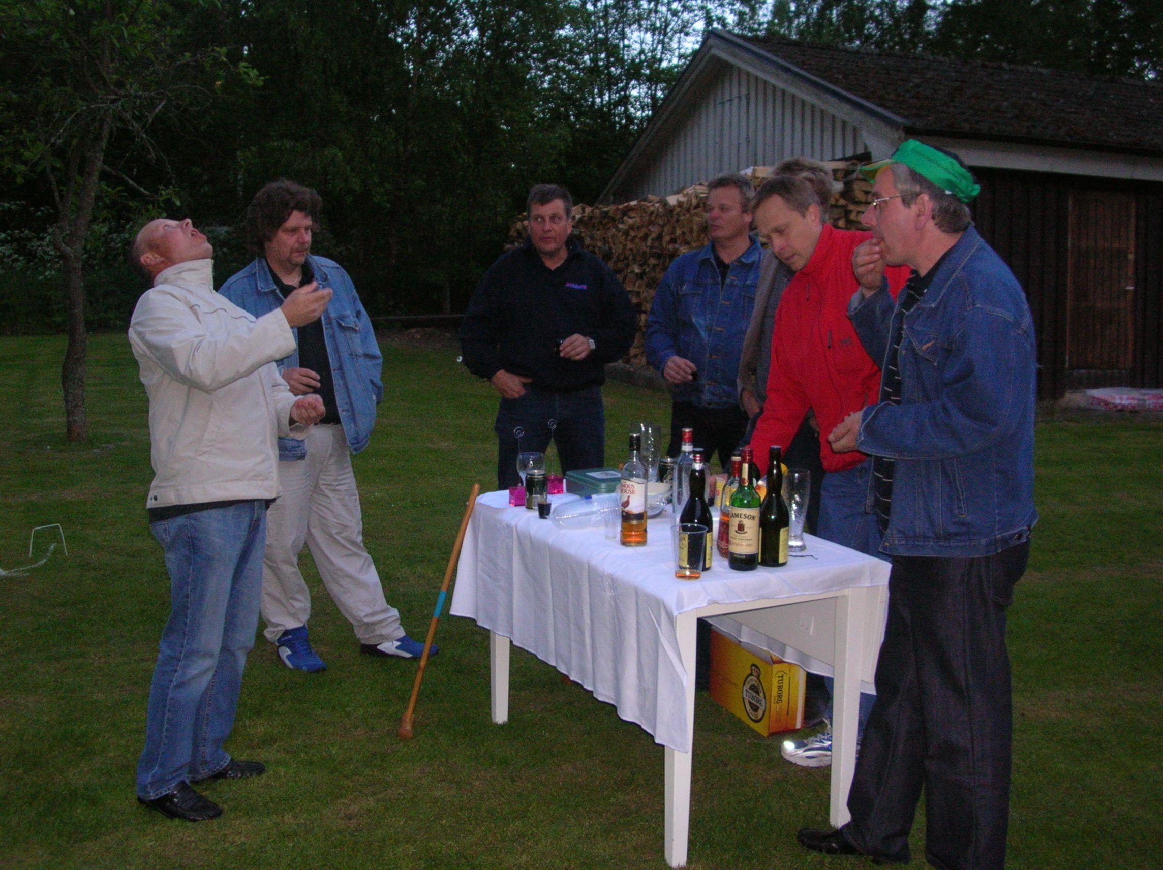 kvarnstensbockarna.se/image/bilder/2005/Möte hos Per 2005-06-11/Bild 08. Vilopaus vid baren.jpg