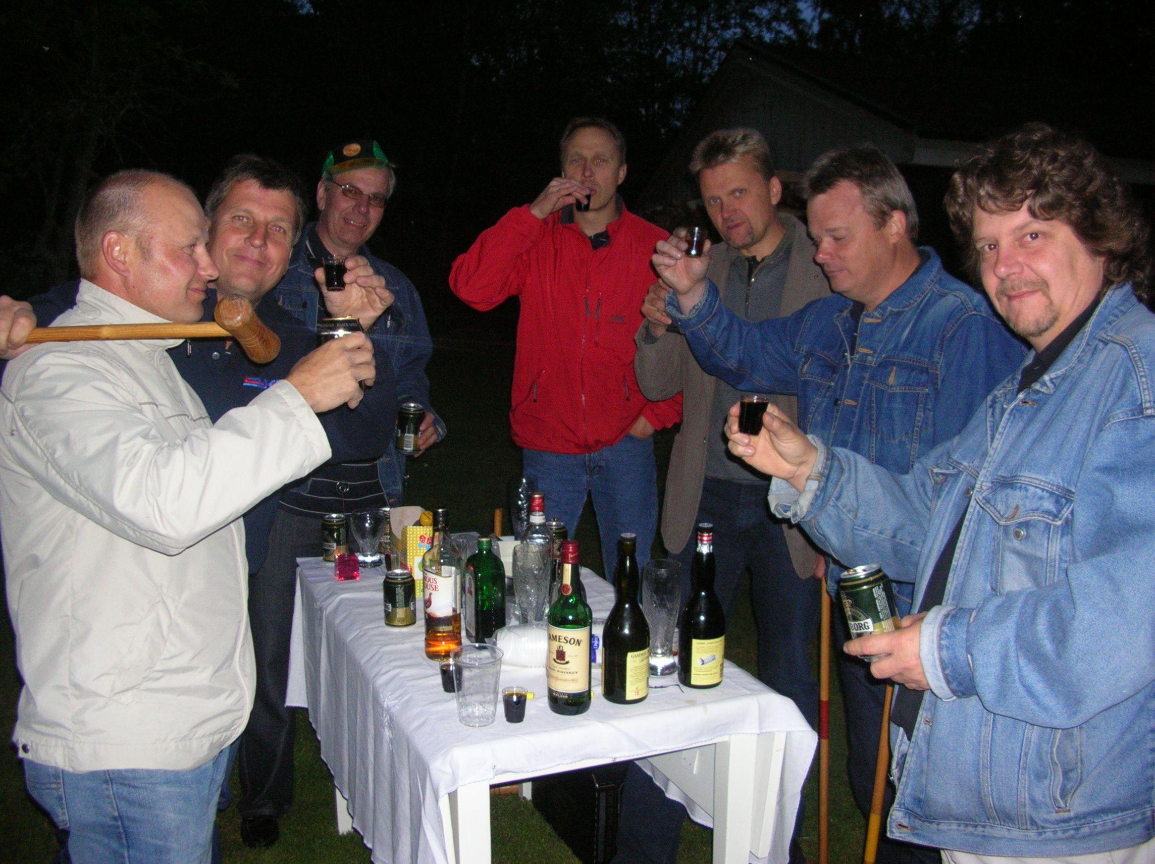 kvarnstensbockarna.se/image/bilder/2005/Möte hos Per 2005-06-11/Bild 09. Det skålar vi på.jpg