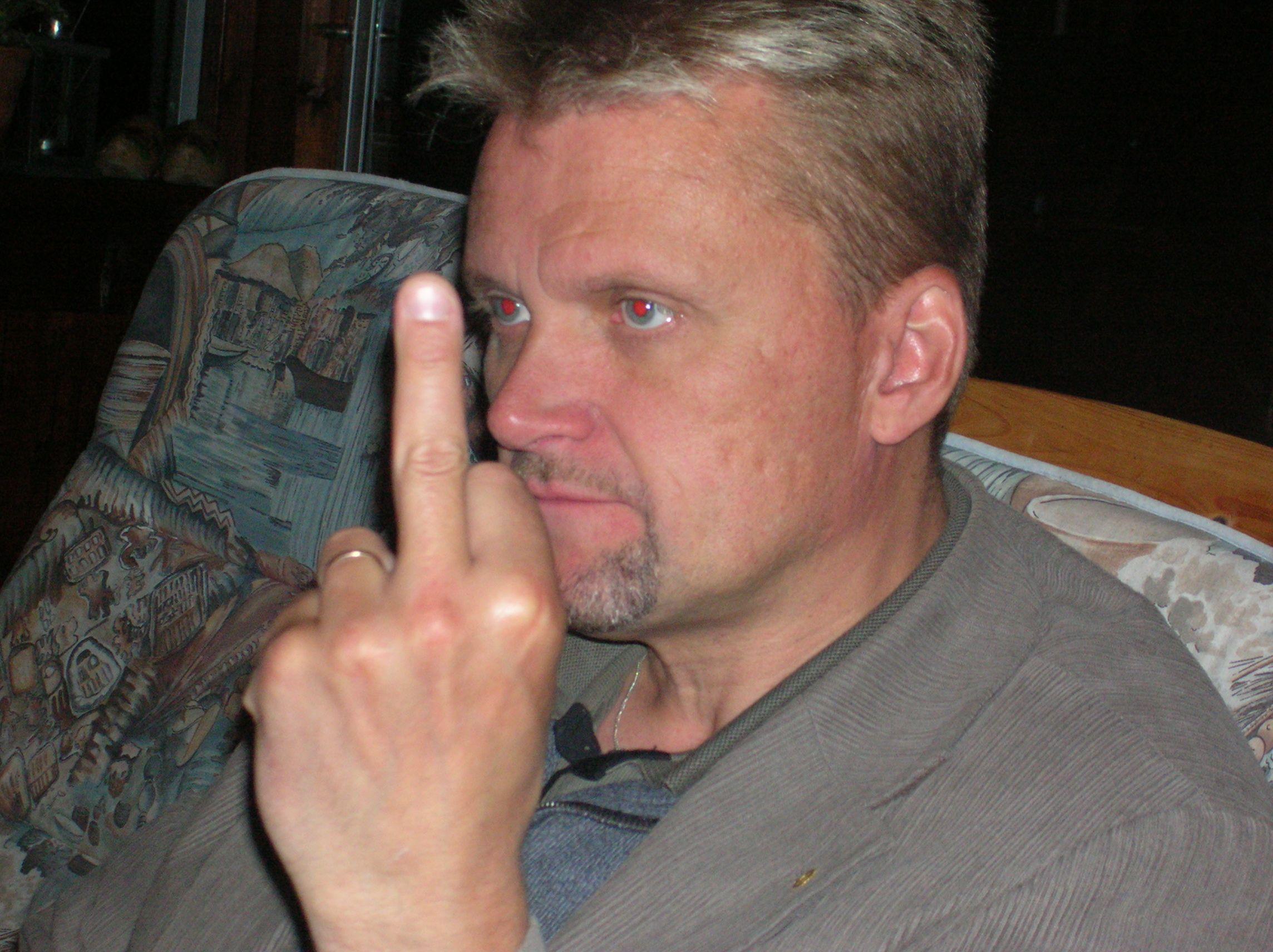 kvarnstensbockarna.se/image/bilder/2005/Möte hos Per 2005-06-11/Bild 10. Kan detta finger bero på att Janne inte vann tävlingen.jpg