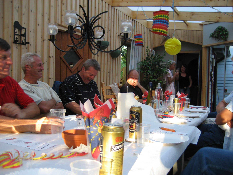 kvarnstensbockarna.se/image/bilder/2006/Kräftskiva hos Tommy 2006-08-18/Bild 01. Ett koncentrerat gäng laddar upp inför mötet.jpg
