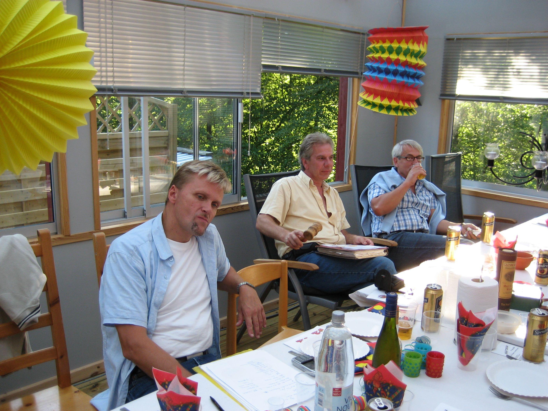 kvarnstensbockarna.se/image/bilder/2006/Kräftskiva hos Tommy 2006-08-18/Bild 02. Jan, Kjell och Totte E.jpg
