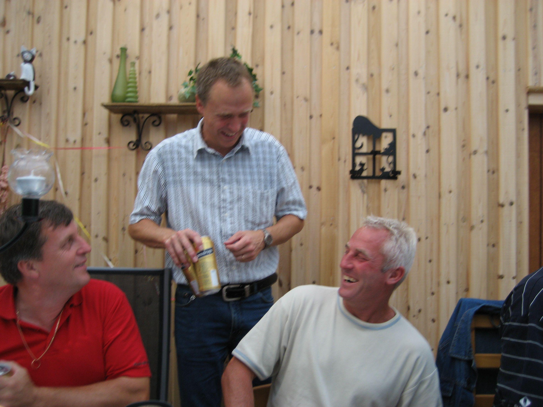 kvarnstensbockarna.se/image/bilder/2006/Kräftskiva hos Tommy 2006-08-18/Bild 04. Får det vara en öl.jpg