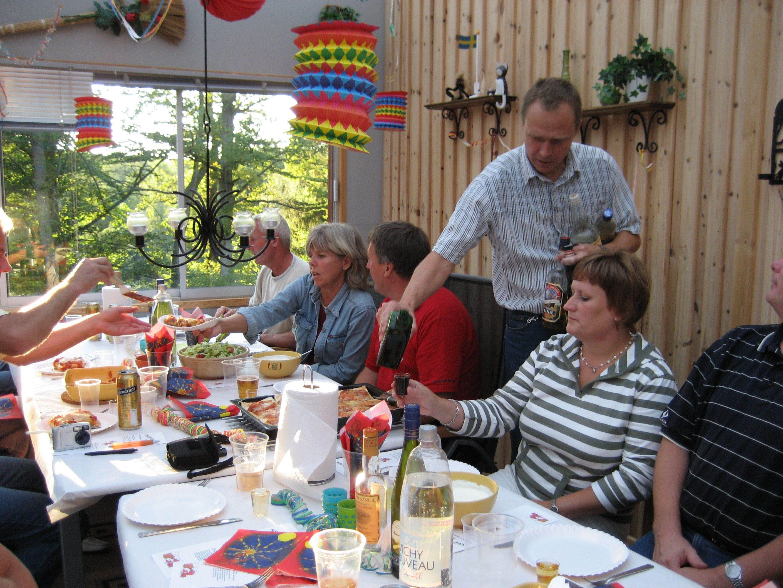 kvarnstensbockarna.se/image/bilder/2006/Kräftskiva hos Tommy 2006-08-18/Bild 05. Nu har damerna anlänt.jpg