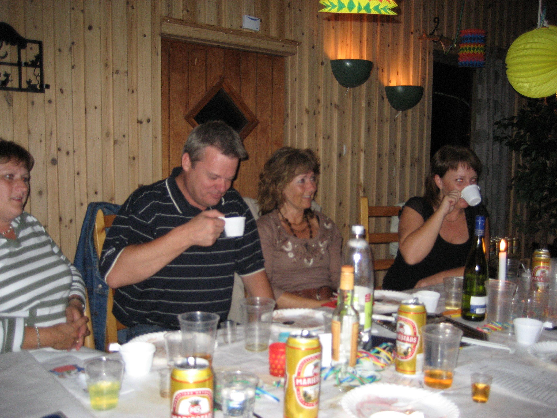 kvarnstensbockarna.se/image/bilder/2006/Kräftskiva hos Tommy 2006-08-18/Bild 06. Mats njuter av kaffegöken.jpg