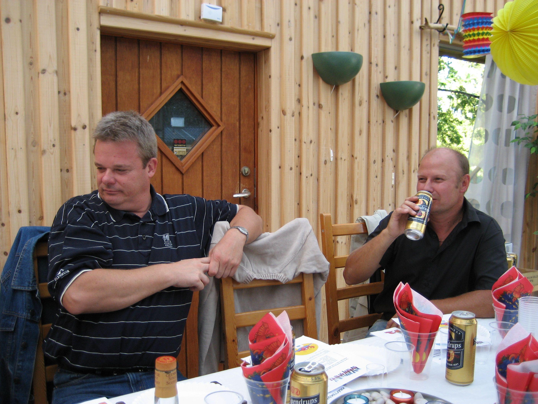 kvarnstensbockarna.se/image/bilder/2006/Kräftskiva hos Tommy 2006-08-18/Bild 09. Gott med öl.jpg