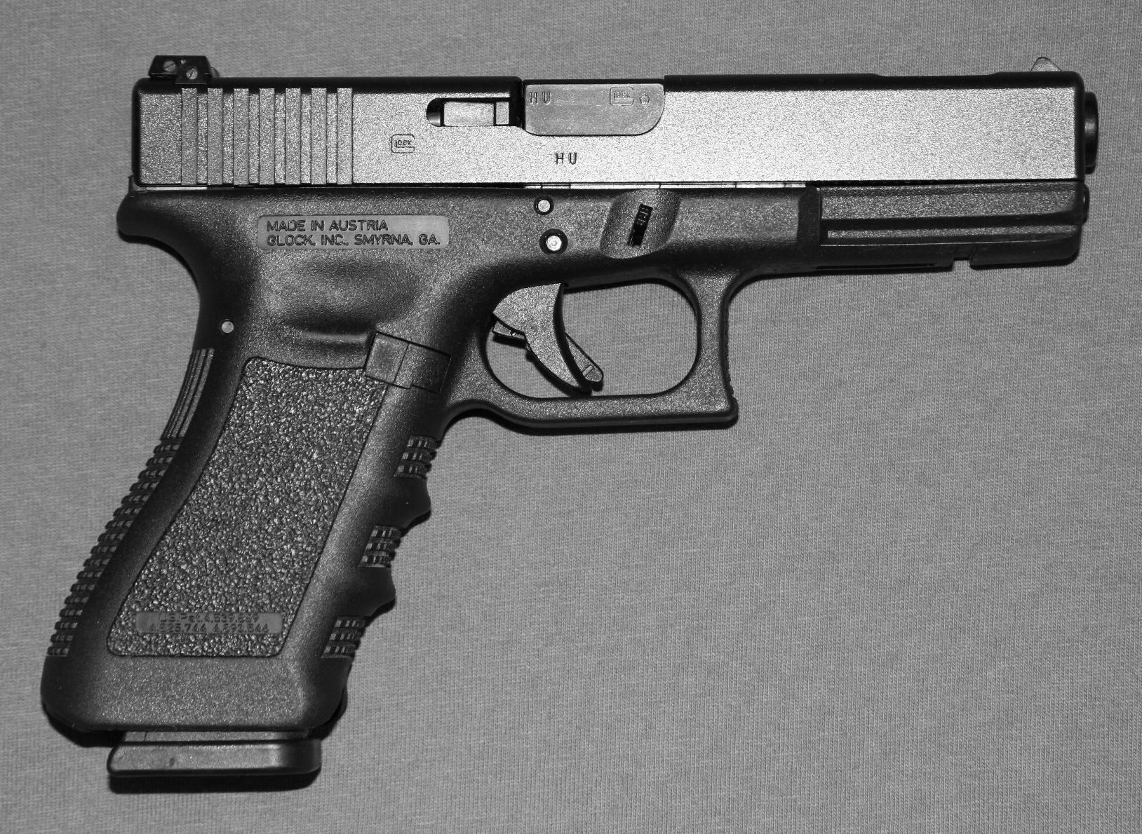 content/images/2.4/gun_Glock_17C_cropped_bw.jpg